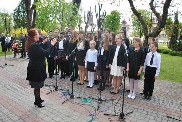 Występ uczniów NSM I st. w Sokołowie Małopolskim z okazji uroczystości 3-go Maja 11188491_833040616786022_4406287574836891274_n