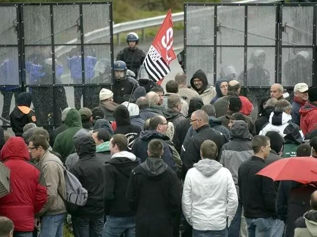 photo lors de la première manifestation devant le portique de pont-de-buis, le 12octobre. © vincent mouchel