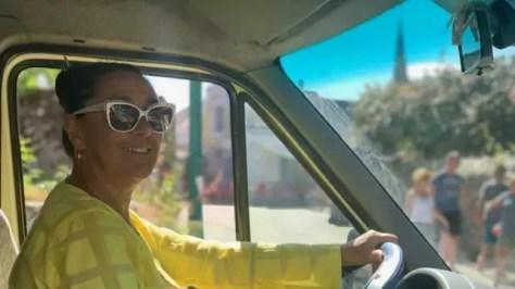 photo au volant de son van, maryse sillonne l'île pour relier l'embarcadère et le bourg de l'île d'arz. © ouest-france