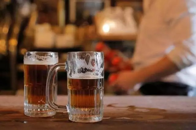 photo in the united kingdom, pub owners are close to the beer shortage, just three weeks after resuming their activity.  © illustration photo: andrew kelly / reuters