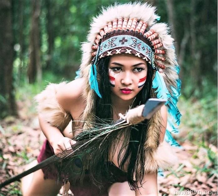 hot girl thổ dân tung ảnh khỏa thân trần trụi giữa núi rừng