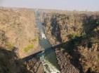 Rápidos del río Zambeze bajo la sombra del puente.