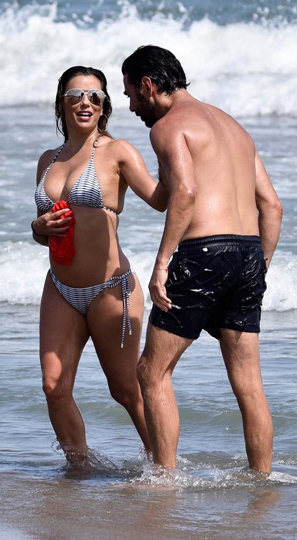eva-y-pepe-playa-marbella-bikini
