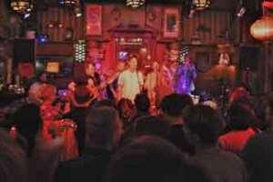 Dad Rocks! - syv mand på lille scene.