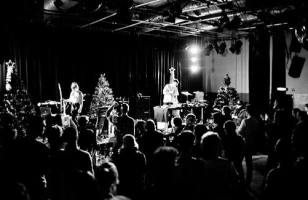 Rangleklods - og masser af juæetræer  - på scenen i Köln.