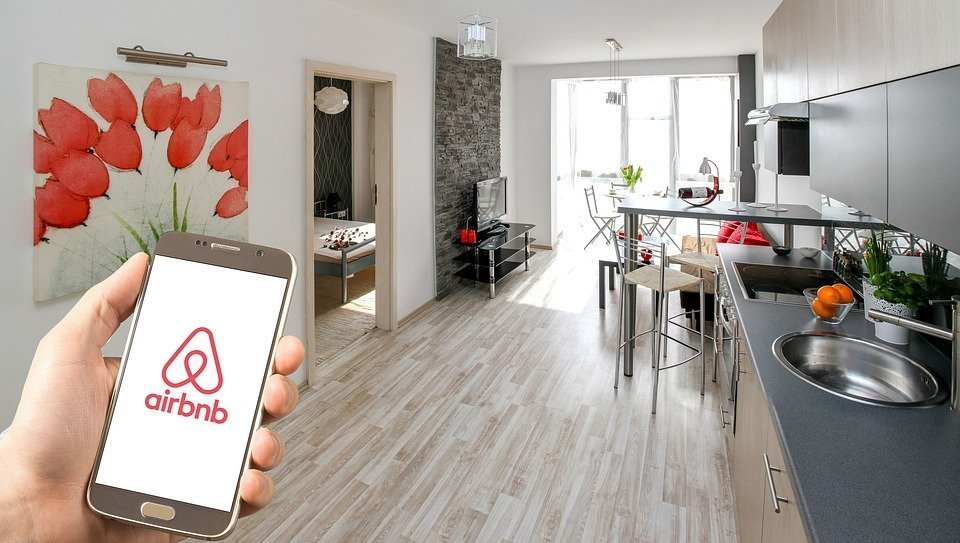 Airbnb pays you: 1 cool wat to earn money for your trips