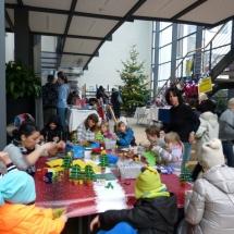 Kinder beim basteln in der Kinderecke im Rathaus