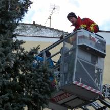 Kinder schmücken mit Hilfe der Feuerwehr den großen Christbaum vor dem Rathaus