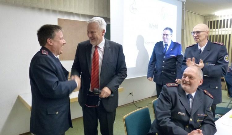 Raimund Bees neuer Feuerwehrkommandant von Westhausen. Bürgermeister Herbert Witzany gratuliert