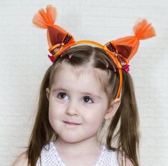 Pige ansigt, på skuldre og i en fælge med ører