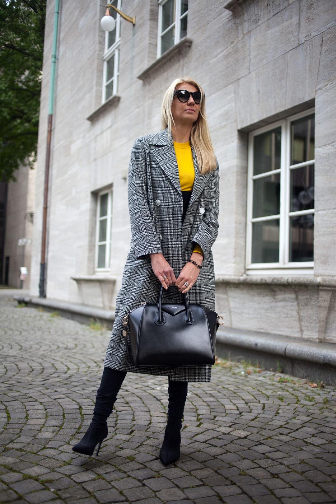 Tasche Givenchy und Mantel von Edited