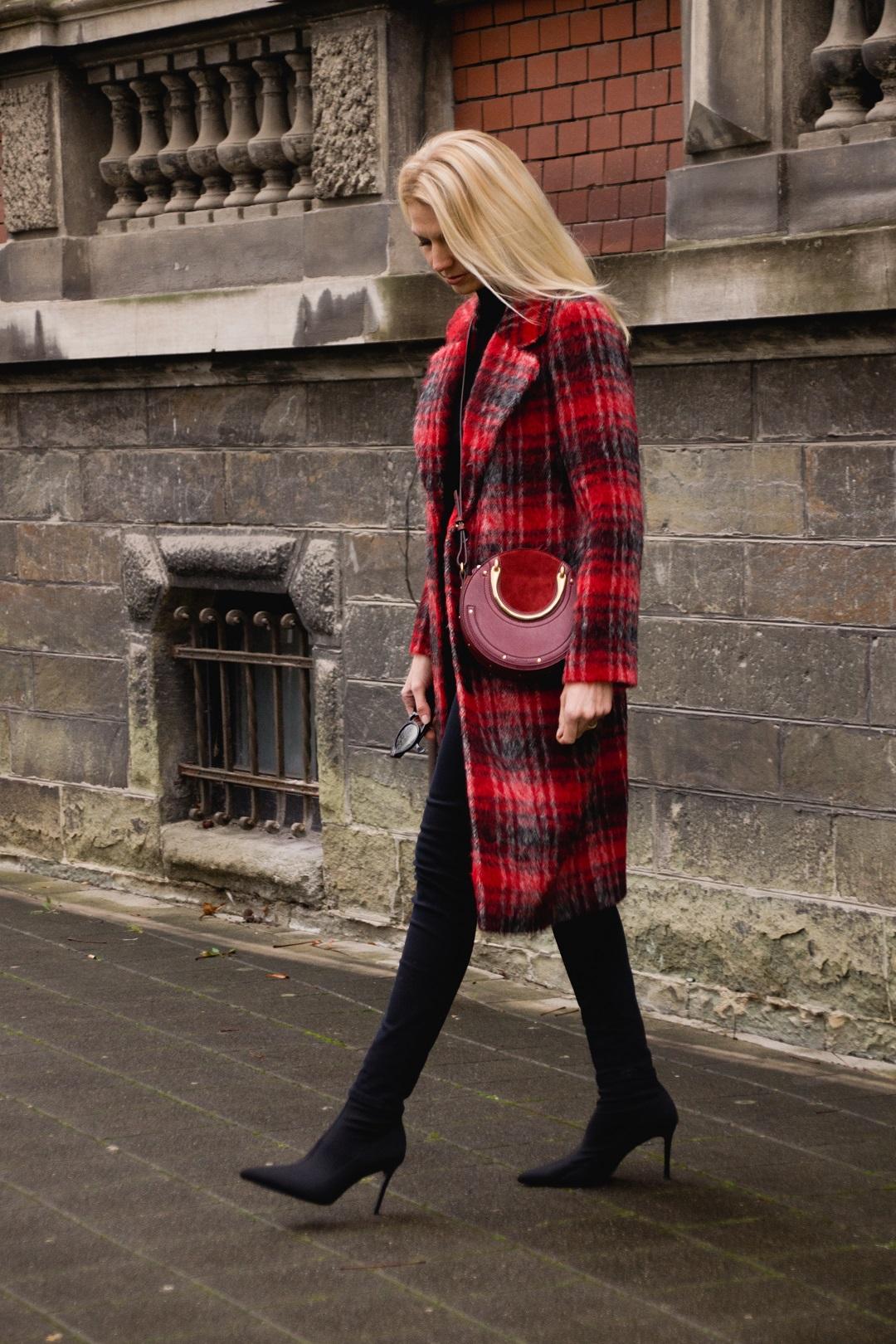 Wie trage ich einen roten Mantel im Winter