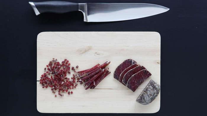 Порезать свинину и вяленое мясо кубиками