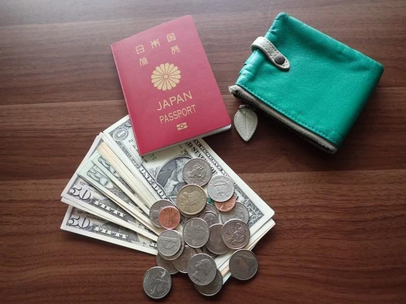 パスポートとお金と財布