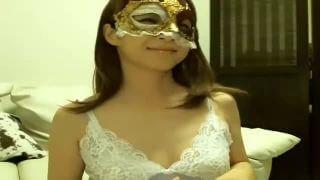 仮面を被った美人妻がエロチャット中継で胸チラでバイブ遊び♡