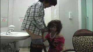 黒ギャルママがトイレでフェラ抜き援助!子供が泣いている横でちんぽをしゃぶるクズ嫁ww