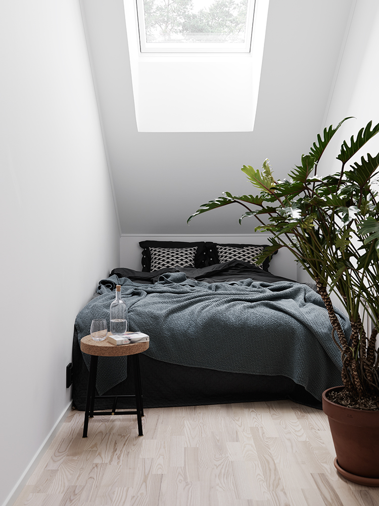 Check out refinery29 for the best bedroom decor ideas! 10 Ultra Small Bedrooms with King Size Beds - Page 2 of 2