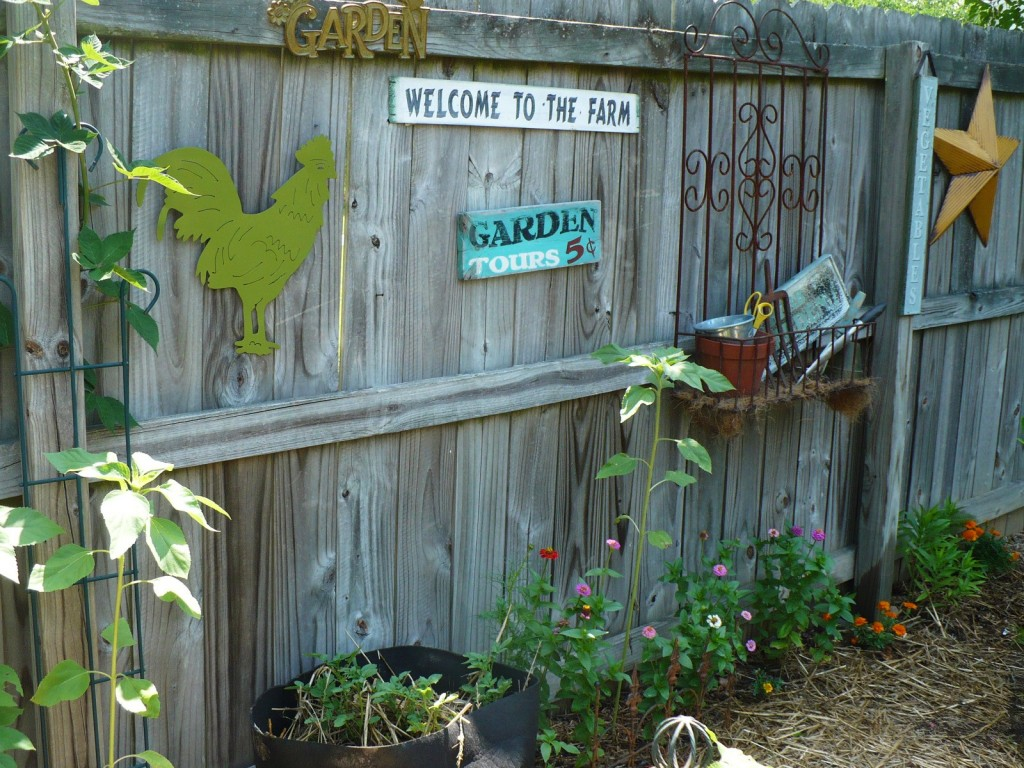 Garden Fence Decor Ideas To Bring Whimsy To The Dull Planks on Backyard Wooden Fence Decorating Ideas id=87673