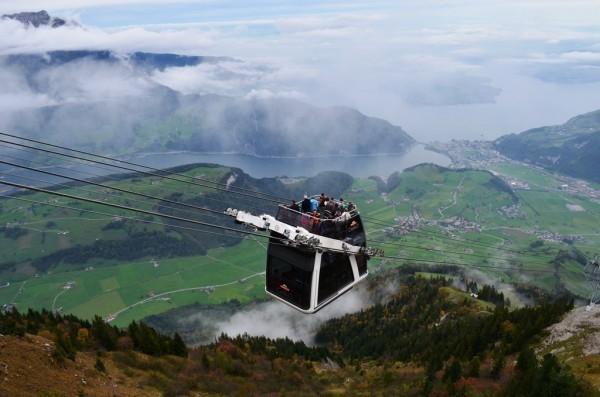 ကမာၻေပၚမွာ တစ္ခုတည္း ႐ွိတဲ႕ အေပၚဖြင္႕ ႏွစ္ထပ္ Cable Car ( Cabrio ) Lucern Lake ကန္ႀကီး ေနာက္ခံ ႏွင္႕ ။