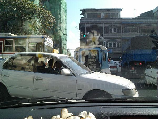 အင္းစိန္လမ္းနဲ့ ရြာမေက်ာင္းလမ္းဆံု မီးပိြဳင့္ စိမ္းေနစဥ္ လက္ယွက္ထိုးေနတဲ့ ကားမ်ား