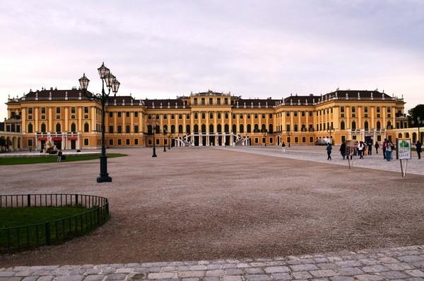 Schönbrunn Palace ၾသစႀတီးယား ေႏြရာသီ နန္းေတာ္ ရဲ႕ မ်က္ႏွာစာ ။