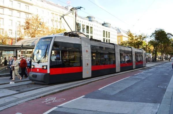 Vienna ၿမိဳ႕လည္က Tram လ်ွပ္စစ္ ရထား ။