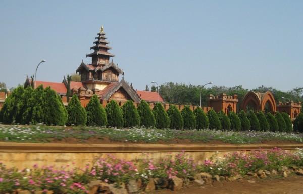 တိုင်းရင်းသားကျေးရွာ ခြံစည်းရိုးတံတိုင်း