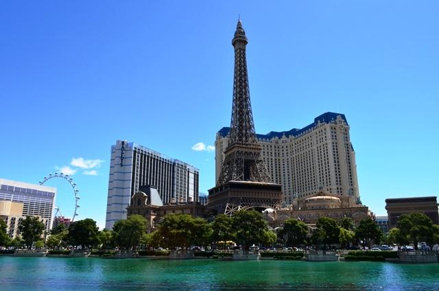 14 ဒါက Bellagio Hotel ေ႐ွ႕က ေရကန္ ႏွင္႕ တဖက္က Paris Hotel ။