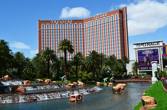 15 အေဝးက ျမင္ရတဲ႕ ယခင္က နာမည္ေက်ာ္ Treasure Island Hotel ။