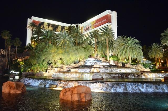 17. မီးေတာင္ ေပါက္ကြဲျပမယ္႕ Mirage Hotel ေ႐ွ႕က ေရကန္ ။