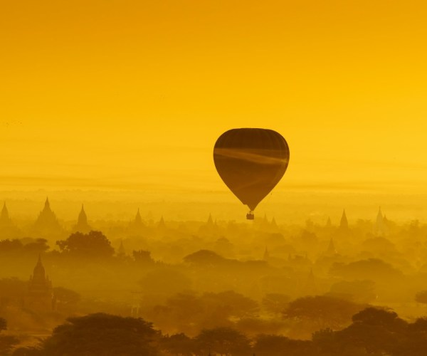 balloon-over-plain-of-bagan-in-misty-morning-PUQZ54S