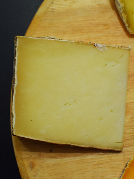 Starts out with a chalky, almost dry texture but becomes creamy almost immediately in the mouth. No sharp goaty tang here either---instead a mild, yogurty acidity at first which ends in the direction of lemon.