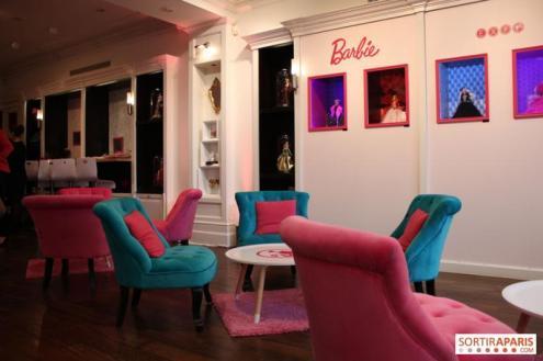 Lounge com exposição das Holidays Barbie Dolls   Crédito da imagem: www.sortiraparis.com