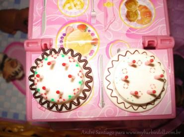Esquerda: bolo de 50 anos e direita o bolo de 30 anos   Crédito da imagem: André Santiago para www.mybarbiedoll.com.br