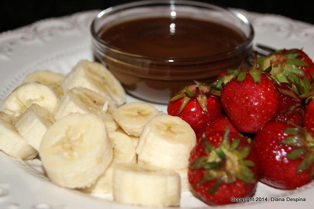 Fondue de ciocolata cu banane si capsune