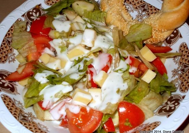 Salata de vara cu branza Cheddar si sos Ceasar