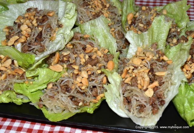 Barcute de salata eisberg cu carne tocata, vermicelli si alune