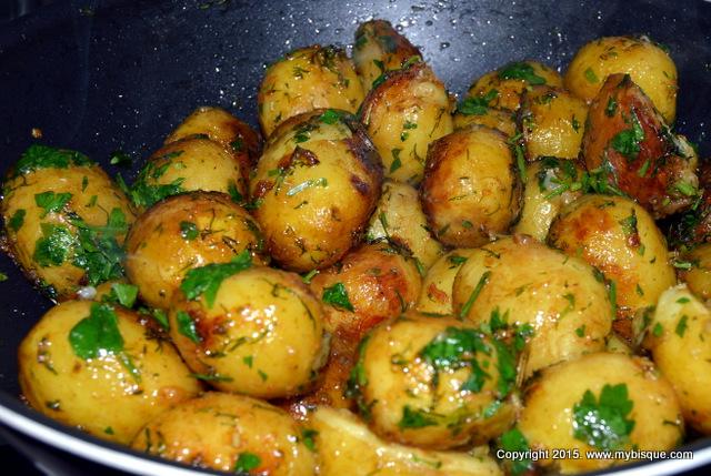 Cartofi noi cu verdeturi si sos de mustar si miere