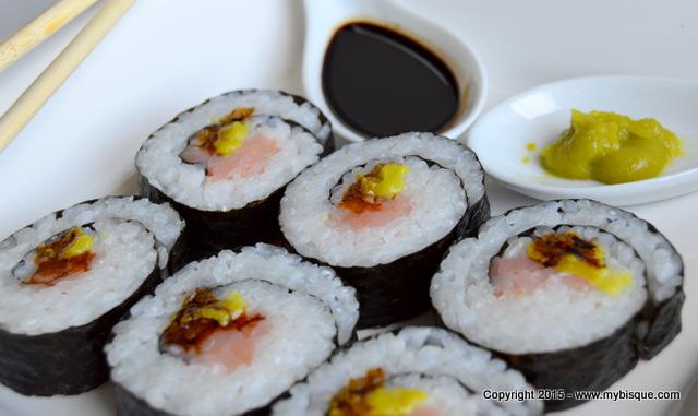 Sushi in alge marine cu somon afumat