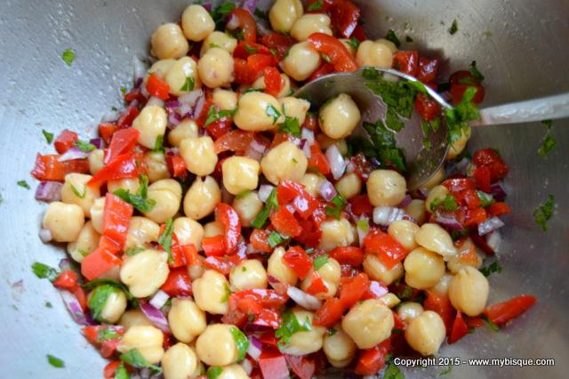 Salata de naut la conserva cu gogosari si patrunjel