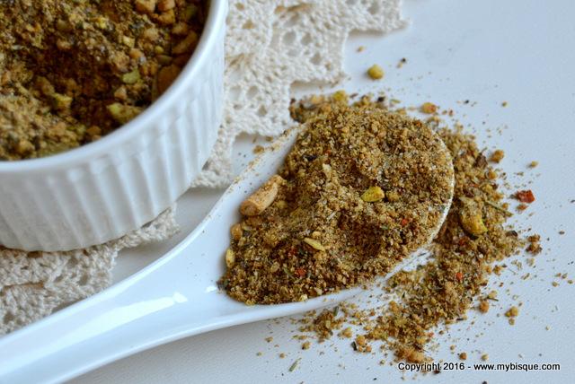 Dukkah-amestec egiptean de condimente si fructe oleaginoase