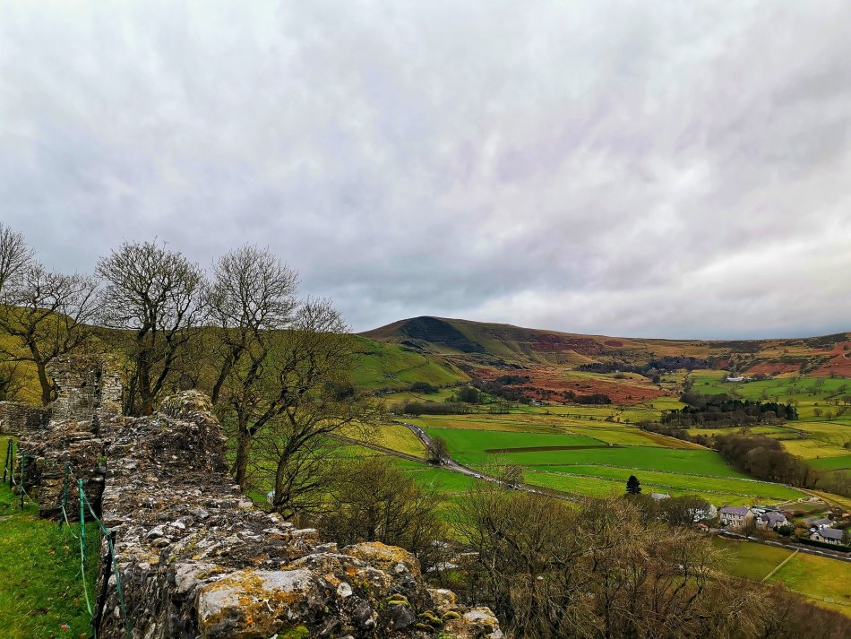widok na Mam Tor z zamku Peveril w Peak District