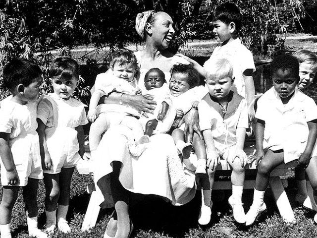 josephine-baker-with-children