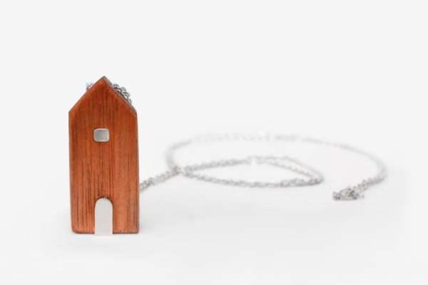 Collar con Casita de madera y cadena larga de plata 925.