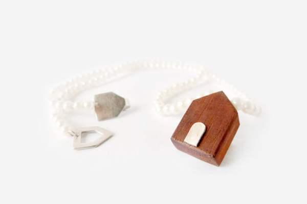 Collar con casita de madera y perlas de vidrio
