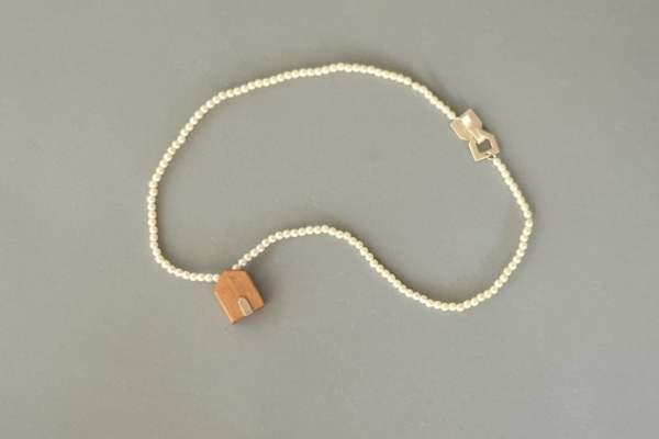 Collar de perlas con casita de madera