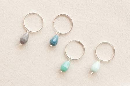 Aros con cuentas de cristal de colores