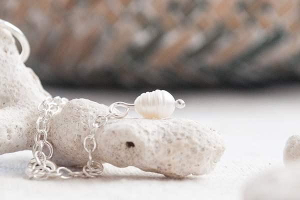 Pulsera de plata 925 con perla de río colgante. Detalle de perla colgante.