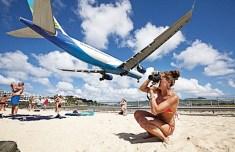 카리브해의 마호해변에서 머리위로 스치는 비행기 찍기