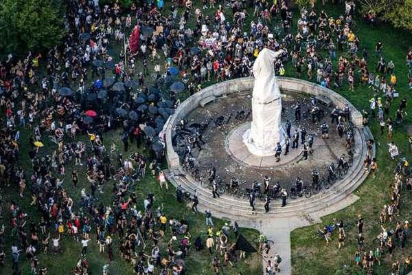 Чикаго: В США снесли памятник Христофору Колумбу
